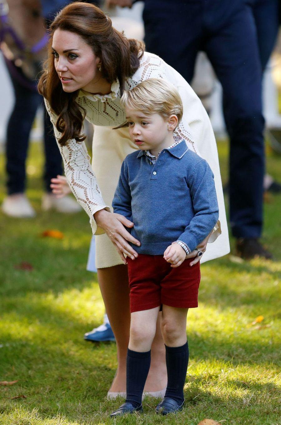 Le prince George, avec sa mère la duchesse Catherine de Cambridge, à Victoria au Canada le 29 septembre 2016