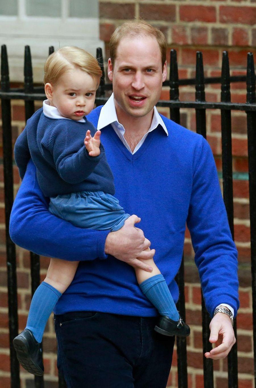 Le prince George, avec son père le prince William, à Londres le 2 mai 2015