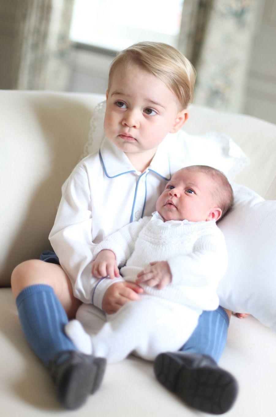 Le prince George, avec sa petite soeur la princesse Charlotte, le 6 juin 2015
