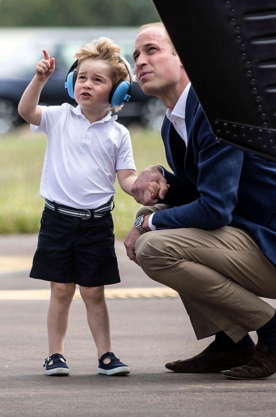 Le prince George, avec son père le prince William, à Fairford le 8 juillet 2016