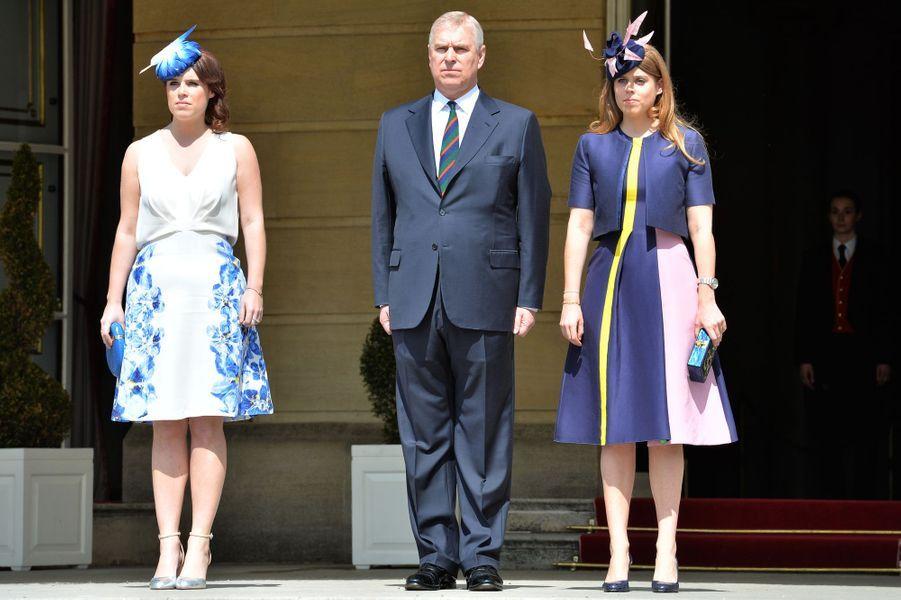 Les princesses Eugenie et Beatrice d'York avec leur père le prince Andrew à Londres, le 26 mai 2016
