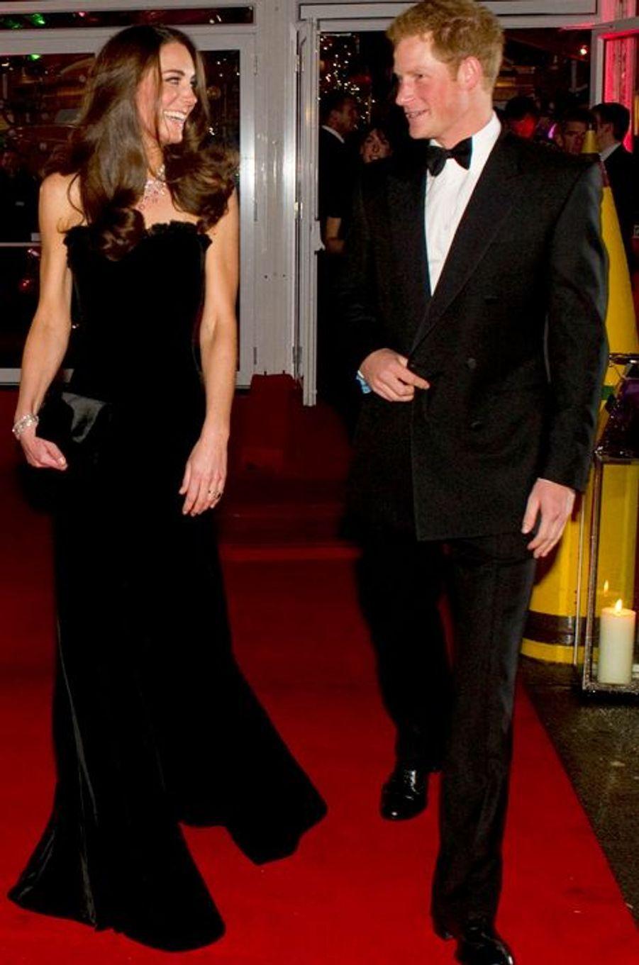 Kate en Alexander McQueen, avec le prince Harry, le 19 décembre 2011