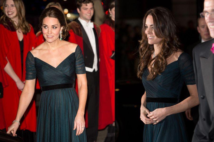 La duchesse Kate le 9 décembre 2014 (à gauche) et le 11 février 2014 (à droite)