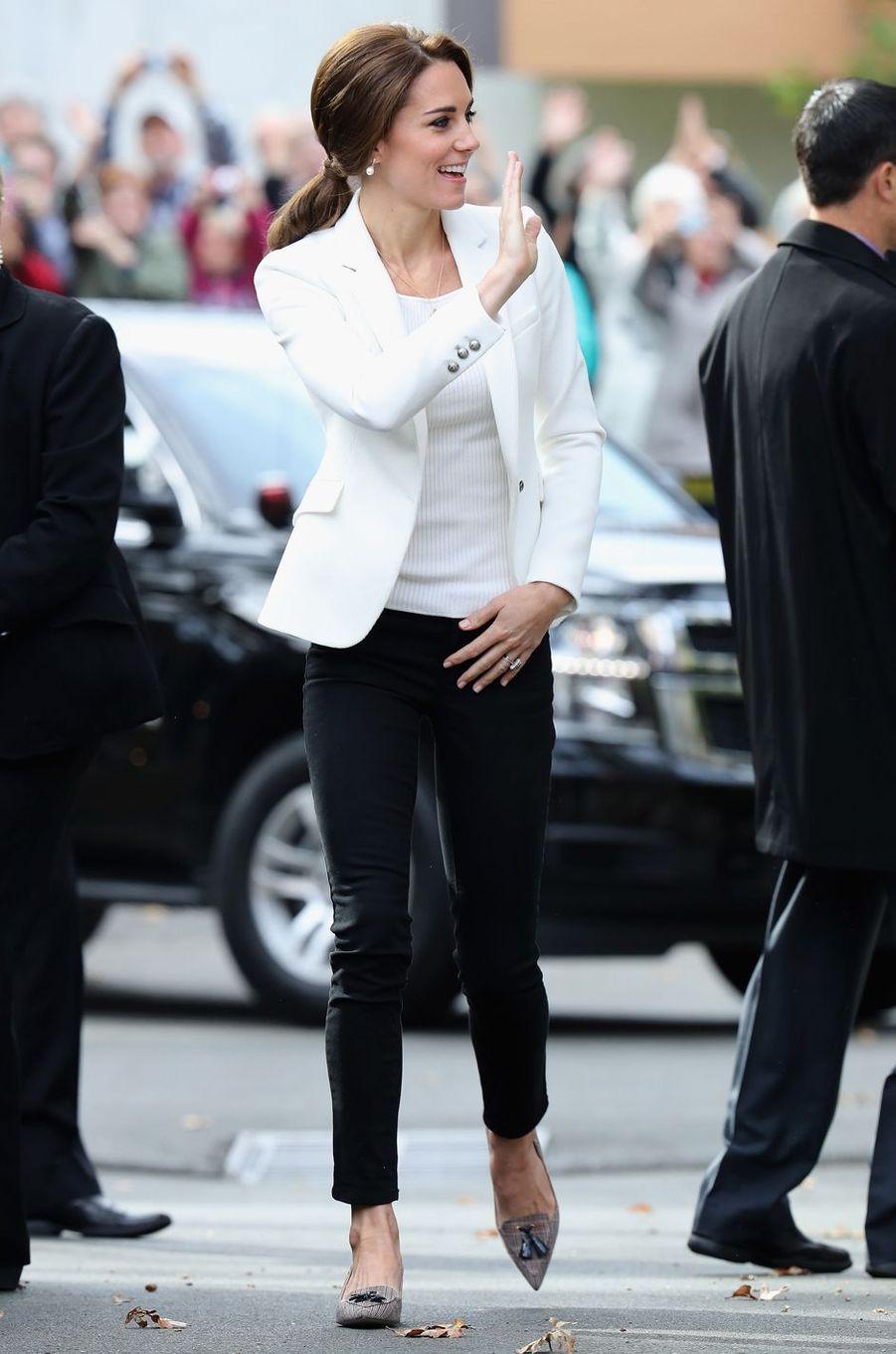 La duchesse Catherine de Cambridge dans une veste Zara au Canada, le 1er octobre 2016
