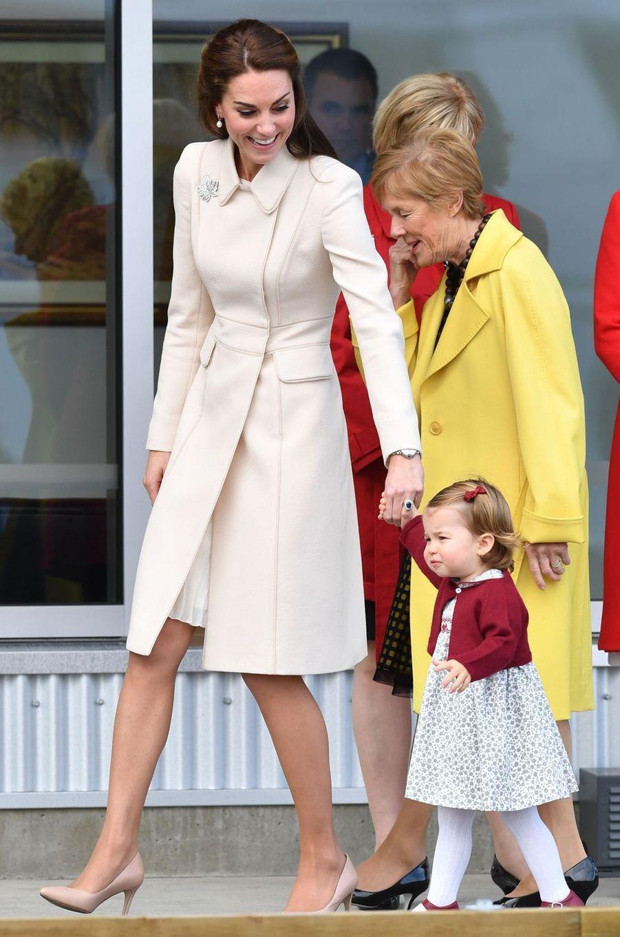 La duchesse Catherine de Cambridge dans un manteau Catherine Walker au Canada, le 1er octobre 2016