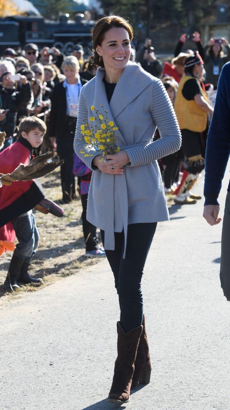La duchesse Catherine de Cambridge dans une veste Sentaler au Canada, le 28 septembre 2016