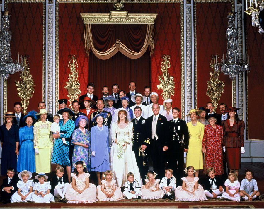 Sarah Ferguson et le prince Andrew, avec la famille royale britannique, le jour de leur mariage, le 23 juillet 1986