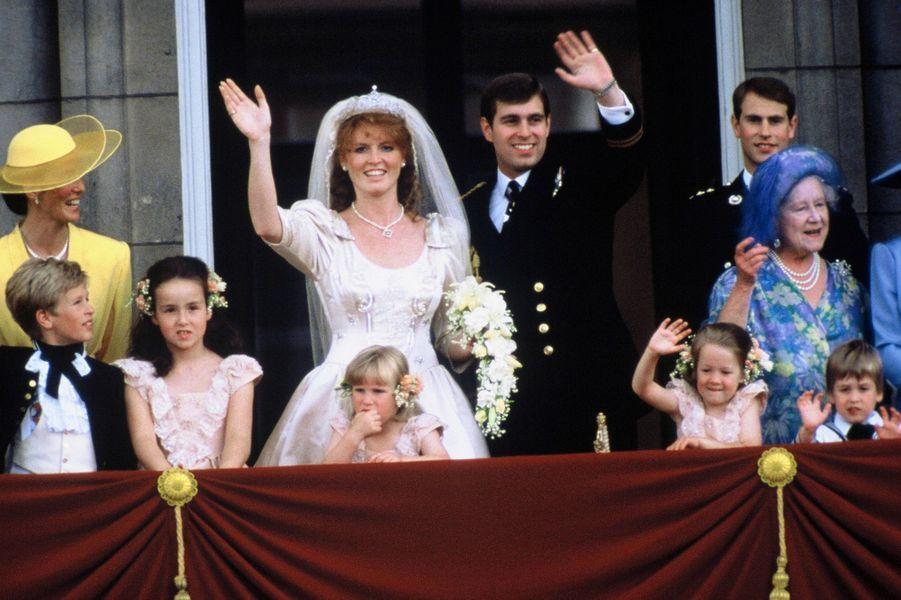 Sarah Ferguson et le prince Andrew avec la famille royale au balcon de Buckingham Palace, le jour de leur mariage, le 23 juillet 1986