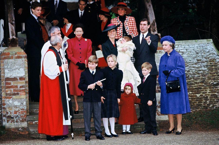 Sarah Ferguson et le prince Andrew avec la famille royale le jour du baptême de la princesse Eugenie, le 23 décembre 1990