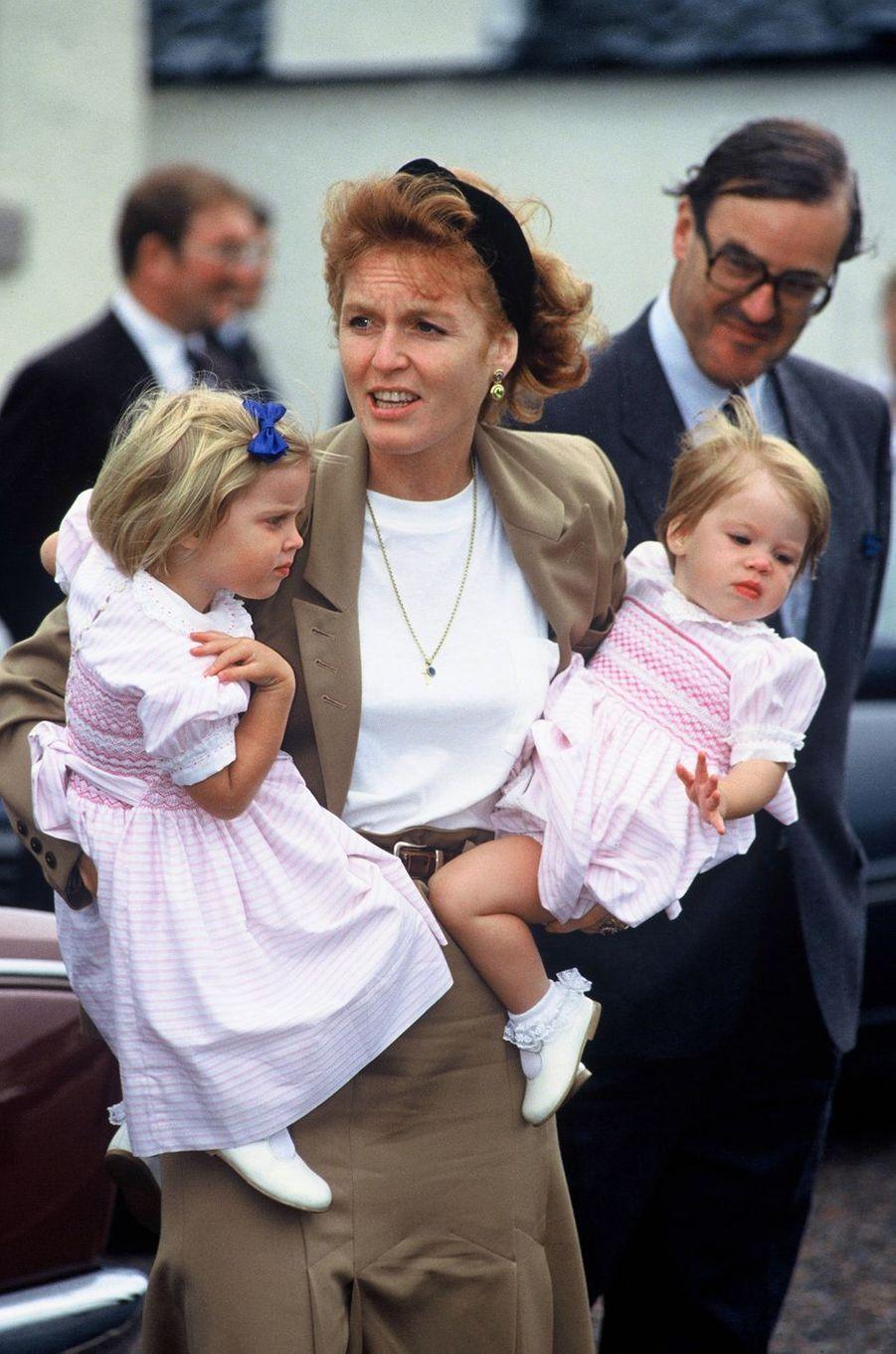 Sarah Ferguson avec les princesses Beatrice et Eugenie, le 15 août 1991