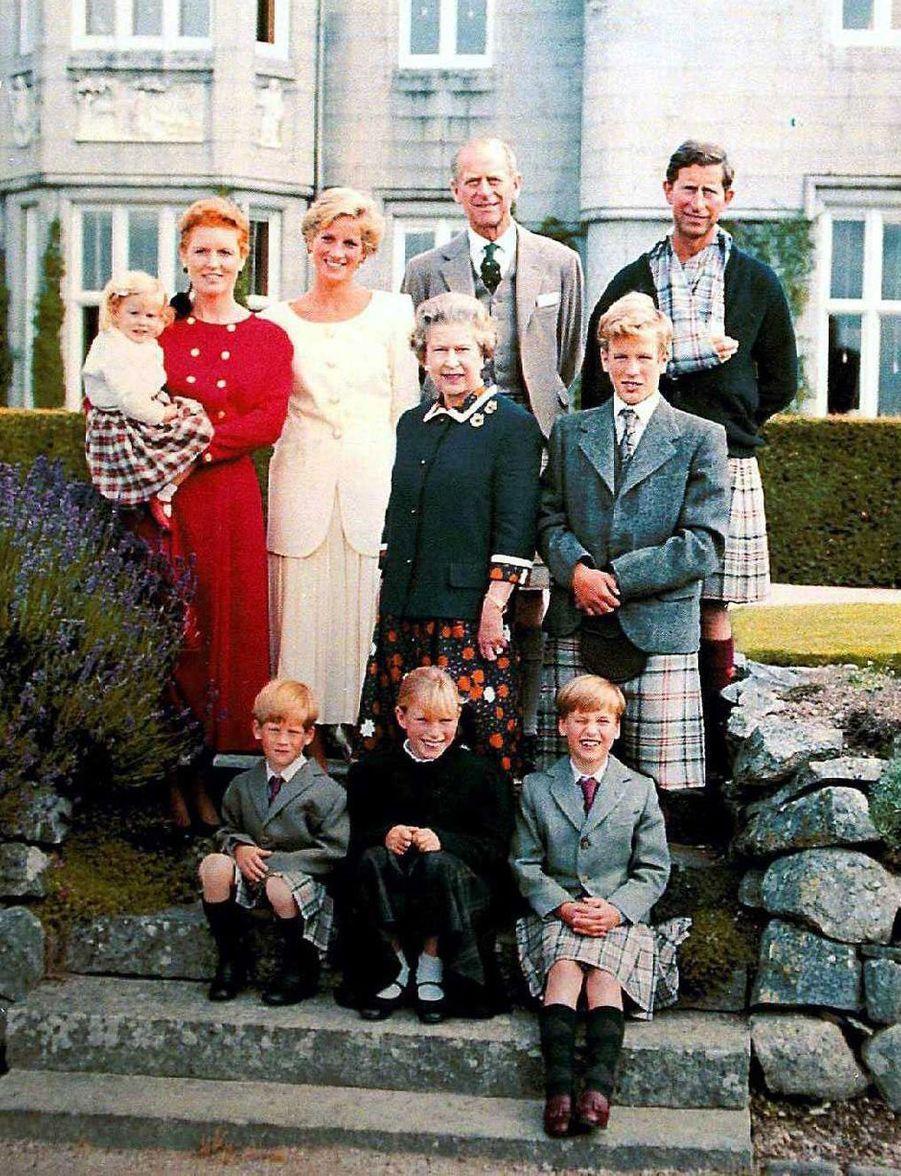 Sarah Ferguson et le prince Andrew avec la princesse Beatrice et la famille royale, à l'été 1989