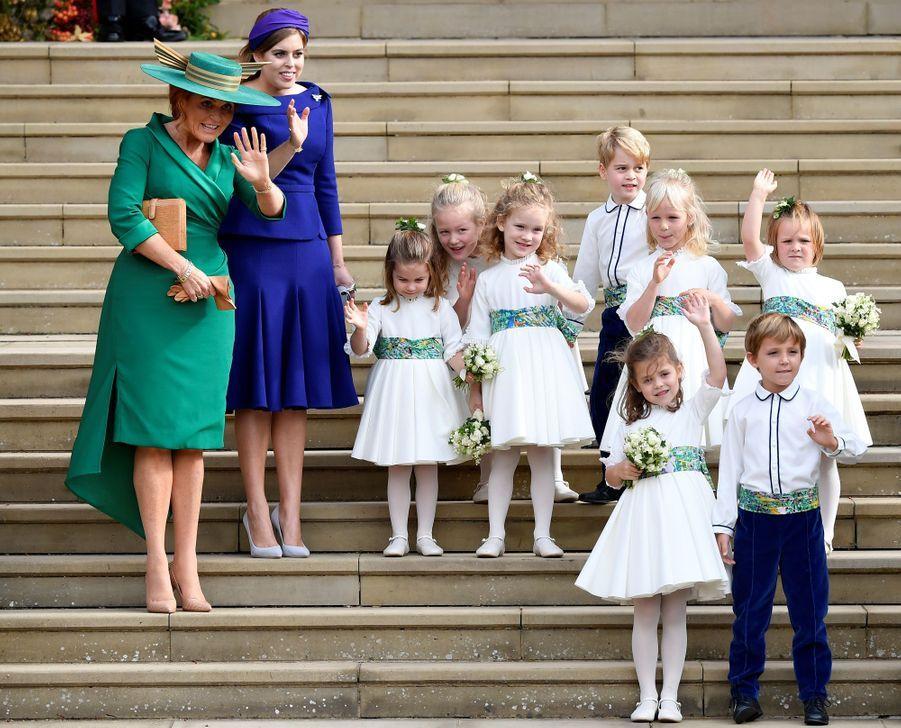 Sarah Ferguson et la princesse Beatrice d'York avec les enfants d'honneur du mariage de la princesse Eugenie, dont le prince George et la princesse Charlotte, à Windsor le 12 octobre 2018