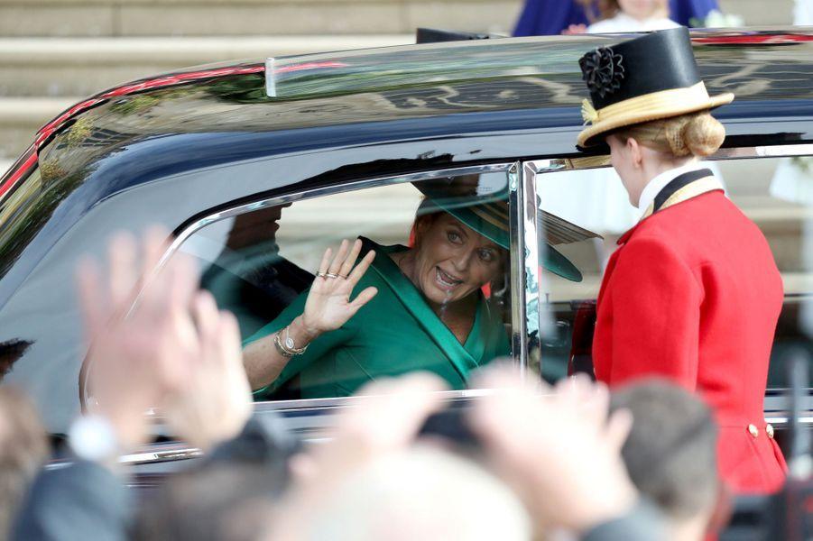 Sarah Ferguson, duchesse d'York, arrive au mariage de sa fille la princesse Eugenie à Windsor, le 12 octobre 2018