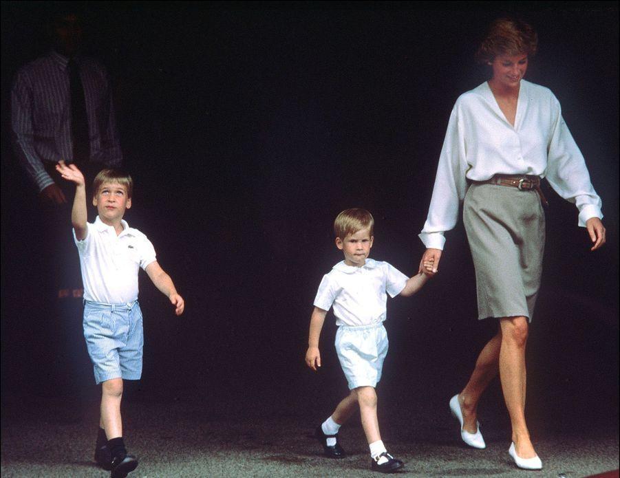 Diana et ses fils William et Harry quitte le Portland Hospital de Londres, après avoir rendu visite à l'heureuse maman de Beatrice.