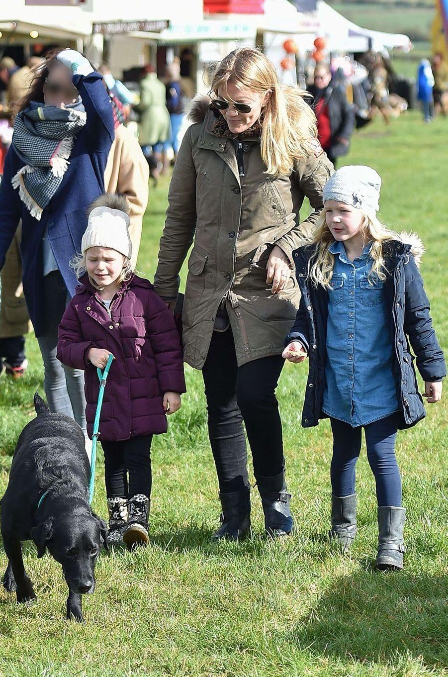 Autumn Phillips et ses filles Isla et Savannah, arrière-petites-filles d'Elizabeth II, à Didmarton, le 4 mars 2017