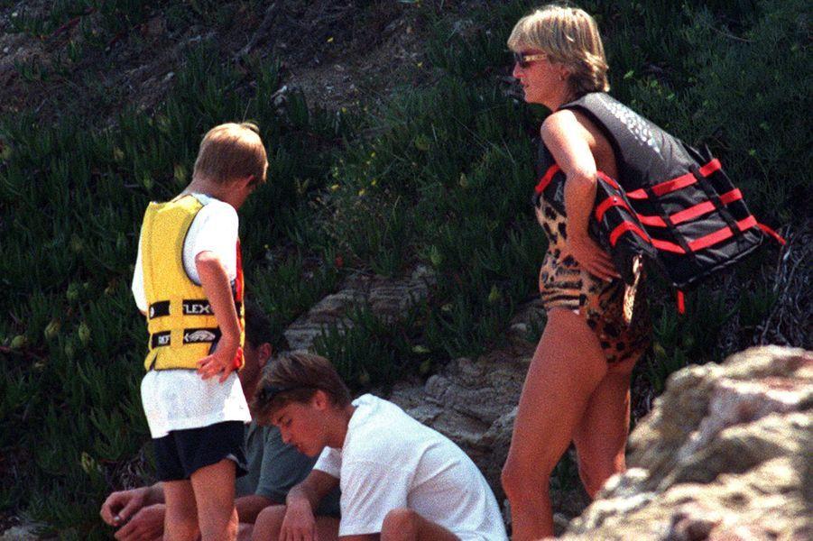 Lady Diana avec les princes William et Harry à Saint-Tropez le 14 juillet 1997