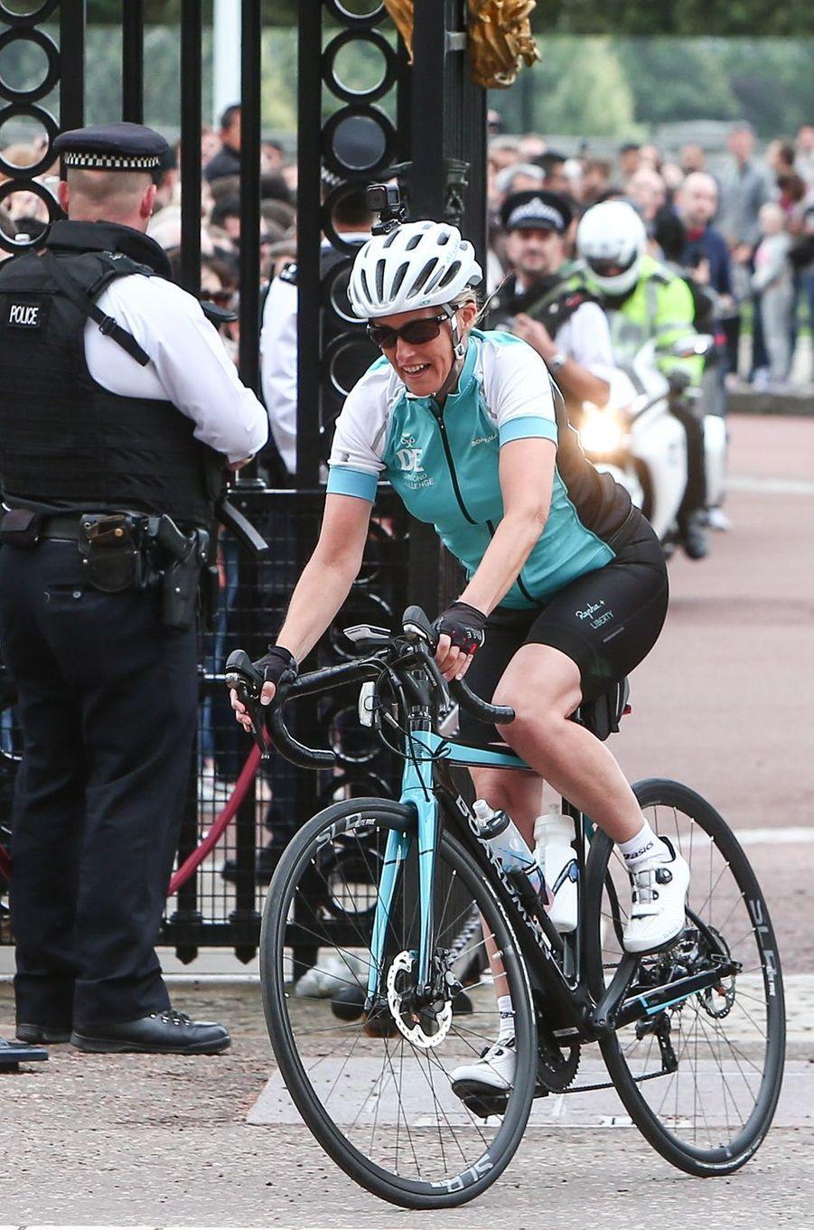 La comtesse Sophie de Wessex passe les grilles de Buckingham Palace à Londres, le 25 septembre 2016