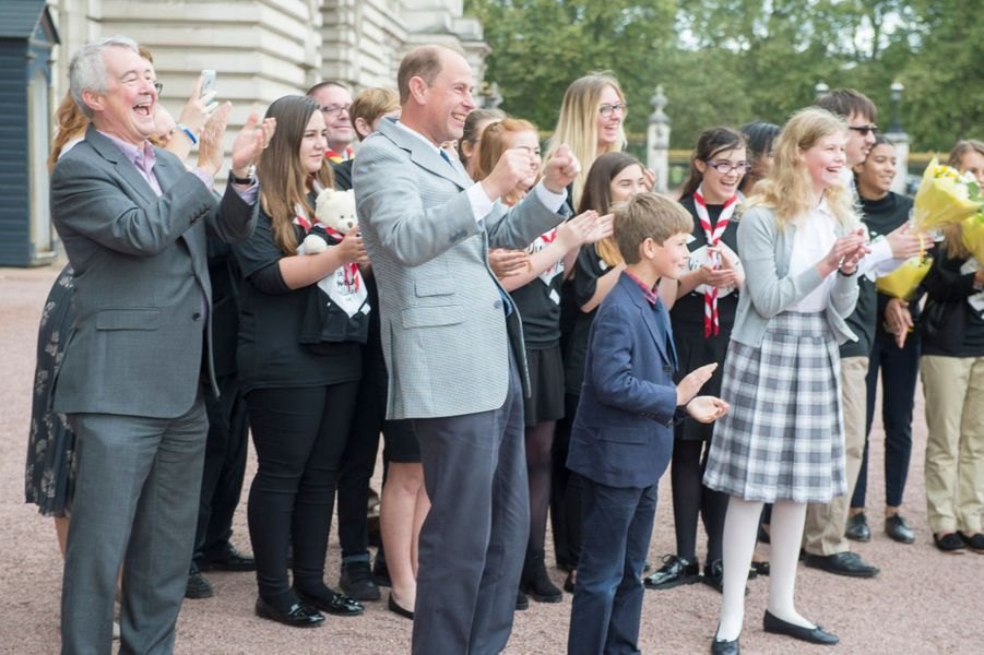 Le prince Edward et ses enfants attendent leur femme et maman Sophie de Wessex dans la cour de Buckingham Palace à Londres, le 25 septembre 2016