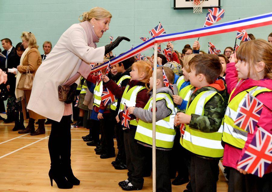 La comtesse Sophie de Wessex avec des écoliers à Northampton, le 20 novembre 2018