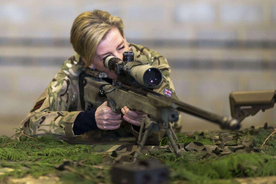 La comtesse Sophie de Wessex essaie le nouveau matériel du 5e Bataillon The Rifles à Salisbury, le 11 janvier 2017