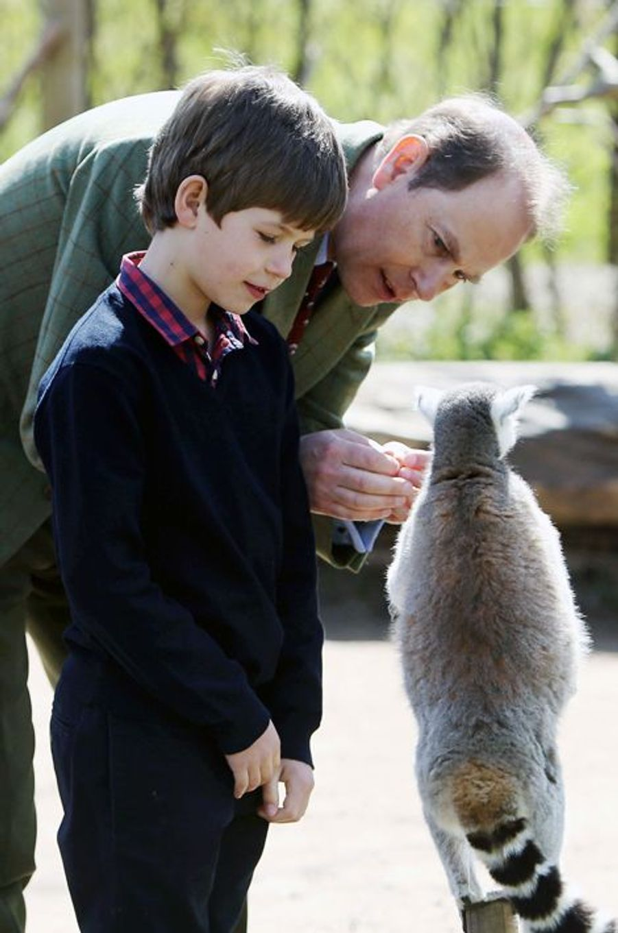 Le prince Edward avec son fils James au zoo de Bristol, le 14 avril 2016