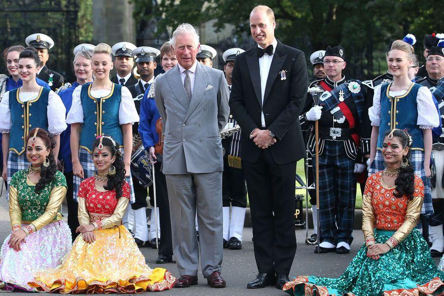 Les princes Charles et William au château de Holyroodhouse à Edimbourg, le 16 août 2017