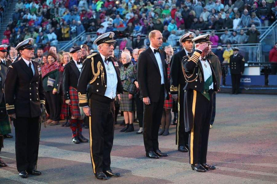 Les princes Charles et William au Royal Edinburgh Military Tattoo à Edimbourg, le 16 août 2017