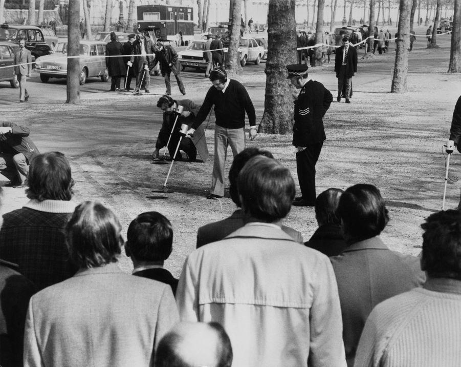 La police recherche des cartouches usagées et des preuves sur le lieu de la tentative d'enlèvement de la princesse Anne, le 21 mars 1974