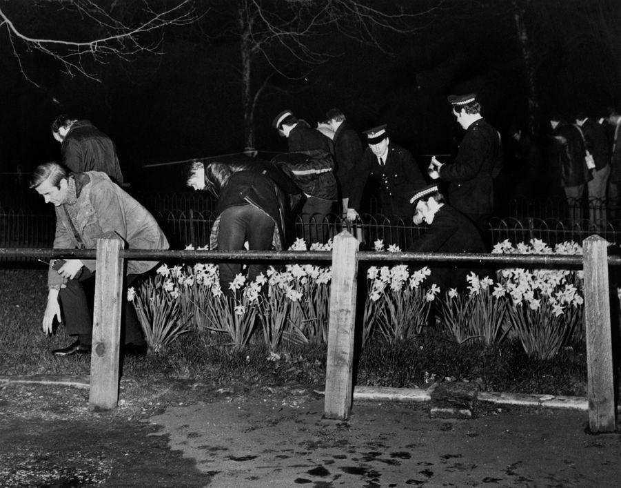 La police recherche des preuves sur le lieu de la tentative d'enlèvement de la princesse Anne, le 20 mars 1974