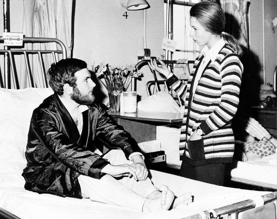 La princesse Anne à l'hôpital le 25 mars 1974 avec le policier Michael Hills, blessé lors de sa tentative d'enlèvement