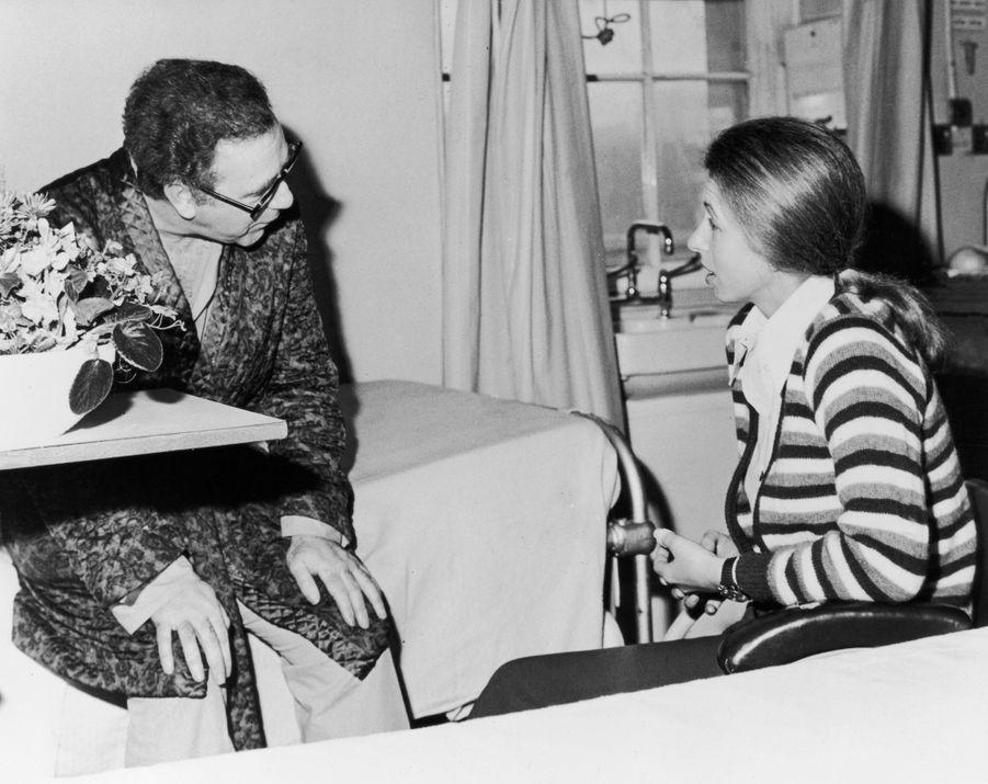 La princesse Anne à l'hôpital le 25 mars 1974 avec le journaliste Brian McConnell, blessé lors de sa tentative d'enlèvement