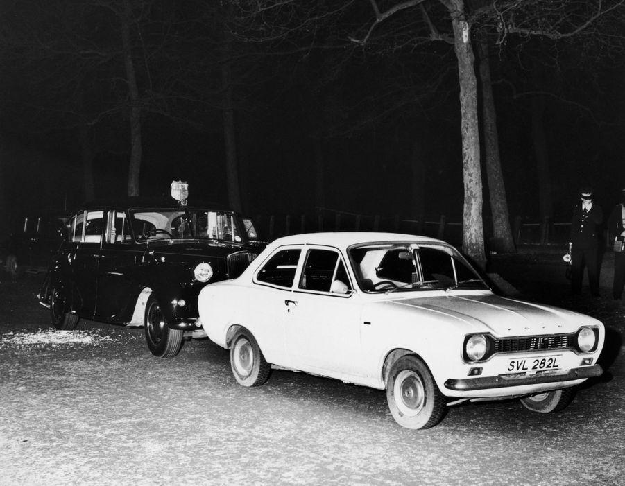 La Ford Escort de Ian Ball bloquant la Rolls Royce de la princesse Anne, le 20 mars 1974