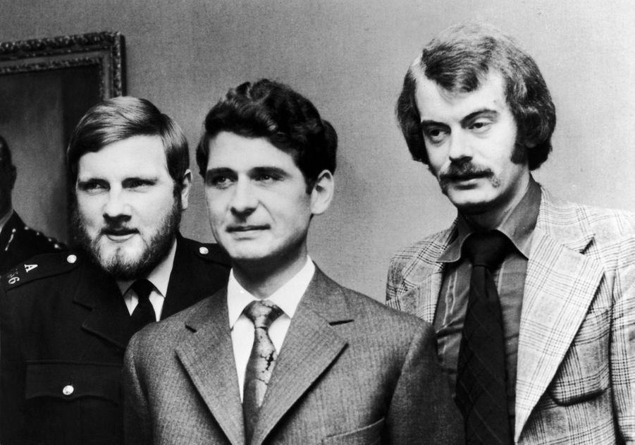 James Beaton, entre les policiersMichael Hills et Peter Edmonds qui sont intervenus lors de la tentative d'enlèvement de la princesse Anne, le 4 juillet 1974