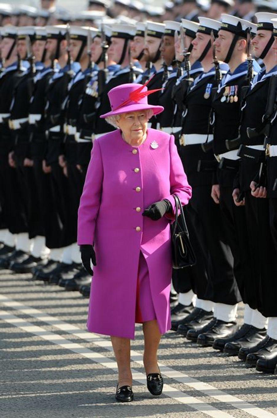 La reine Elizabeth II lors de la cérémonie militaire de ré-inauguration du HMS Ocean à Plymouth, le 20 mars 2015