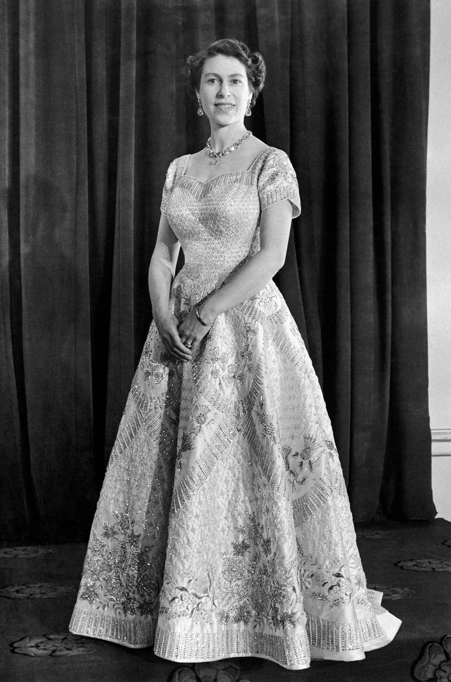La reine Elizabeth II dans la robe de son couronnement, le 2 juin 1953