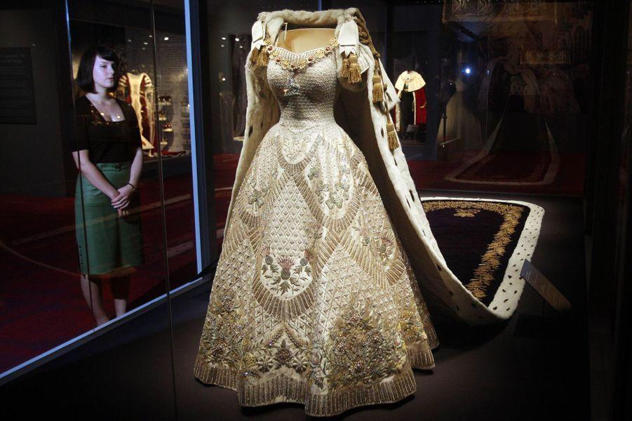 La robe du couronnement de lareine Elizabeth II le 2 juin 1953, présentée dans une exposition le 25 juillet 2013