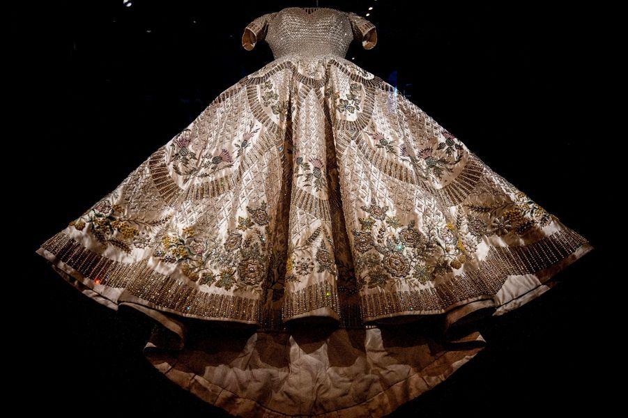 La robe du couronnement de lareine Elizabeth II le 2 juin 1953, présentée dans une exposition le 21 juillet 2016