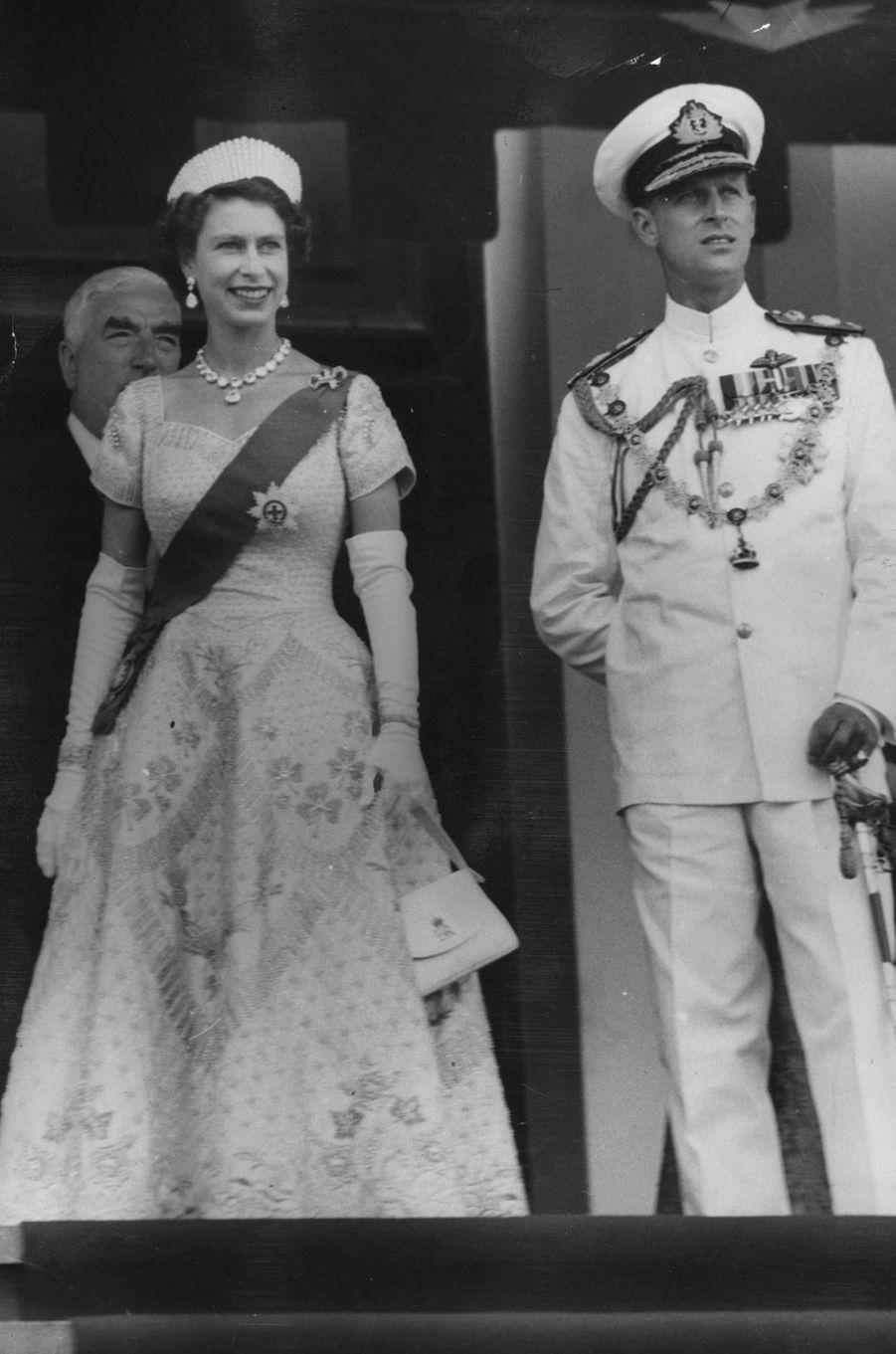 La reine Elizabeth II dans la robe de son couronnement à Canberra, le 22 février 1954
