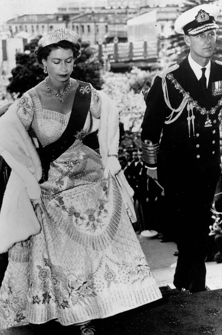 La reine Elizabeth II dans la robe de son couronnement à Wellington, le 18 janvier 1954