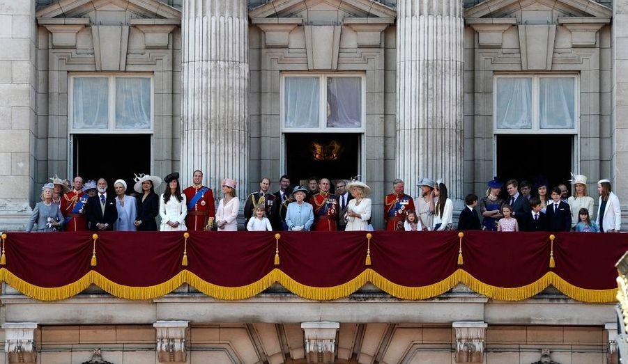 """Le Royaume-Uni a souhaité aujourd'hui un """"happy birthday"""" à sa Reine. Si Elizabeth a eu 85 ans le 21 avril dernier, la tradition veut que l'anniversaire du souverain se fasse dans le courant du mois de juin, où le temps est évidemment plus clément. Cette célébration, appelé """"Trooping the colour"""", est l'occasion d'un grand défilé des gardes britanniques et d'un salut au balcon de la famille royale. L'occasion donc de revoir William et Kate là où, il y a deux mois, ils s'étaient embrassé, après s'être dit """"oui"""".."""