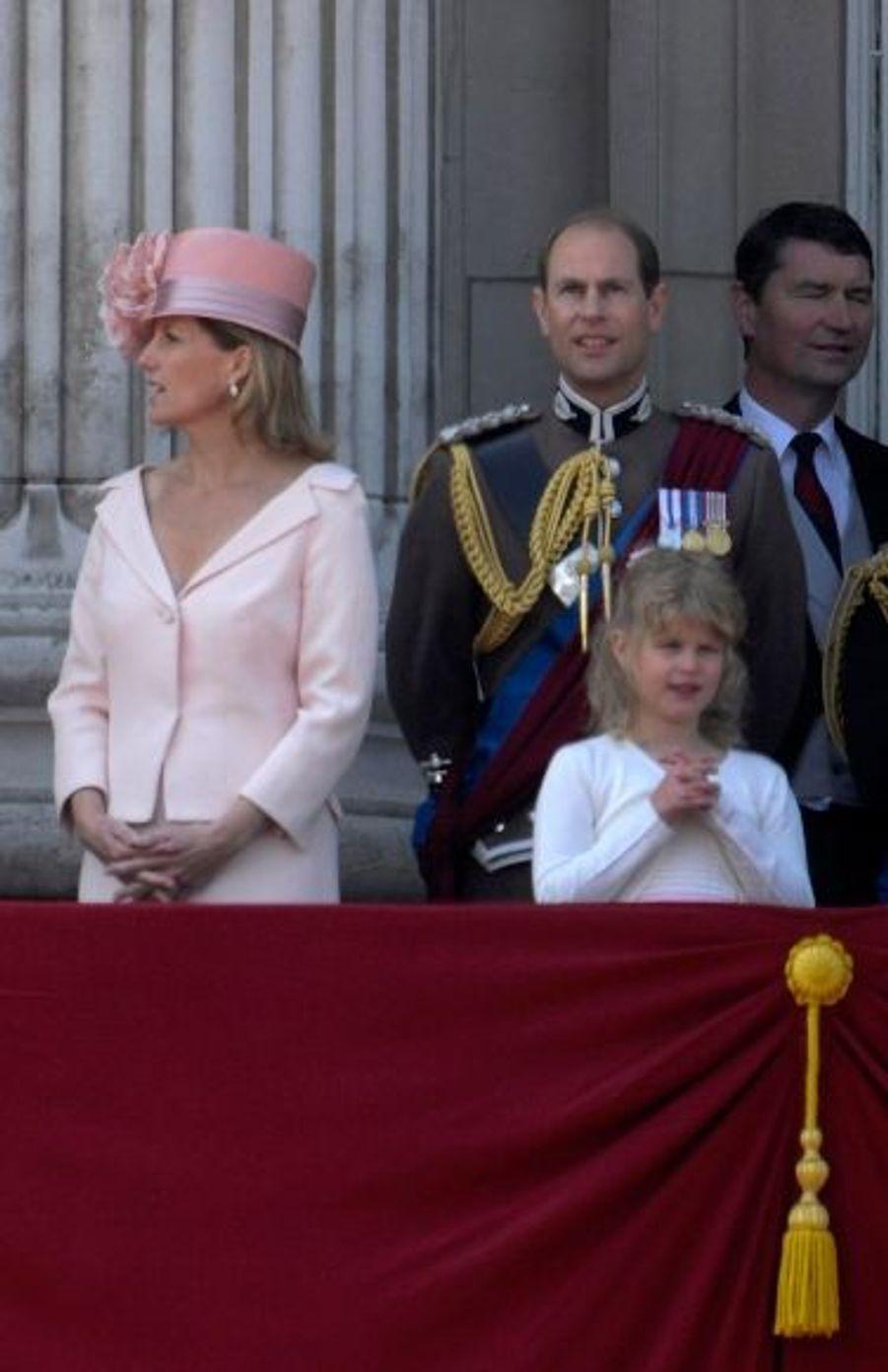 Derrière la petite famille des Wessex, se trouve le Vice-amiral Timothy Laurence, le second mari de la princesse Anne.