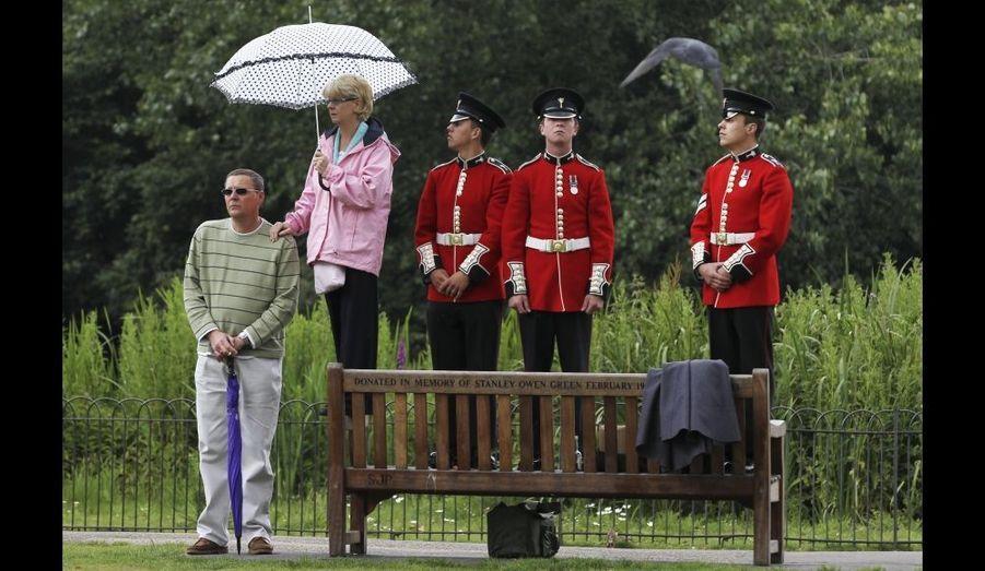 Touristes et gardes, tous au spectacle