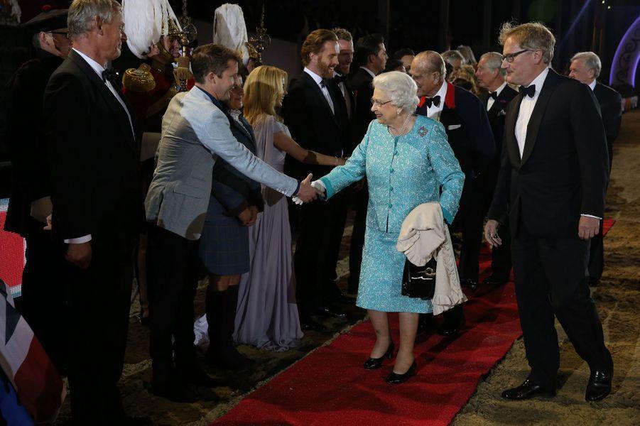 La reine Elizabeth II avec James Blunt à Windsor, le 15 mai 2016