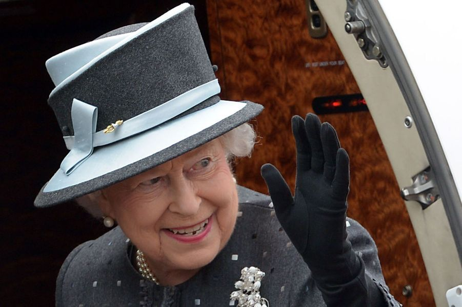 La reine Elizabeth II à l'aérodrome militaire de Celle en partance pour l'Angleterre, le 26 juin 2015