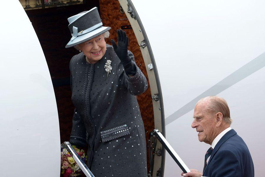La reine Elizabeth II et le prince Philip à l'aérodrome militaire de Celle en partance pour l'Angleterre, le 26 juin 2015