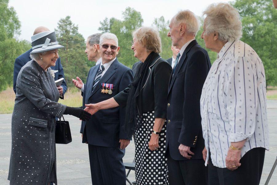 La reine Elizabeth II et le prince Philip sur le site de l'ancien camp de concentration de Bergen-Belsen, le 26 juin 2015