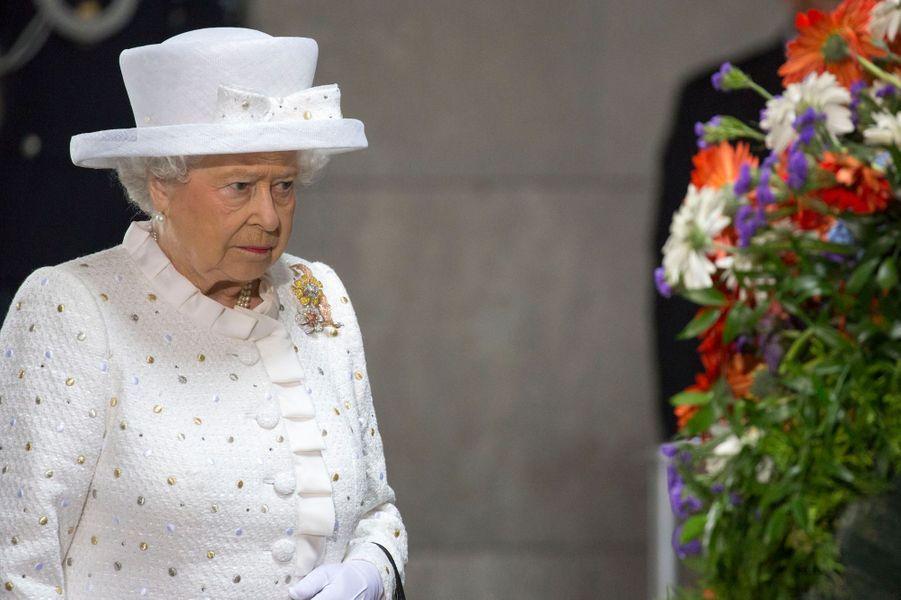 La reine Elizabeth II au Mémorial des victimes de la guerre et de la tyrannie à Berlin, le 24 juin 2015