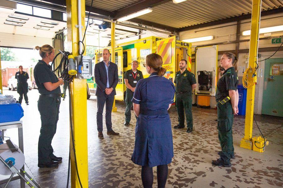 Le prince William discute avec les ambulanciers de l'«East of England Ambulance Service Trust» le 16 juin 2020.