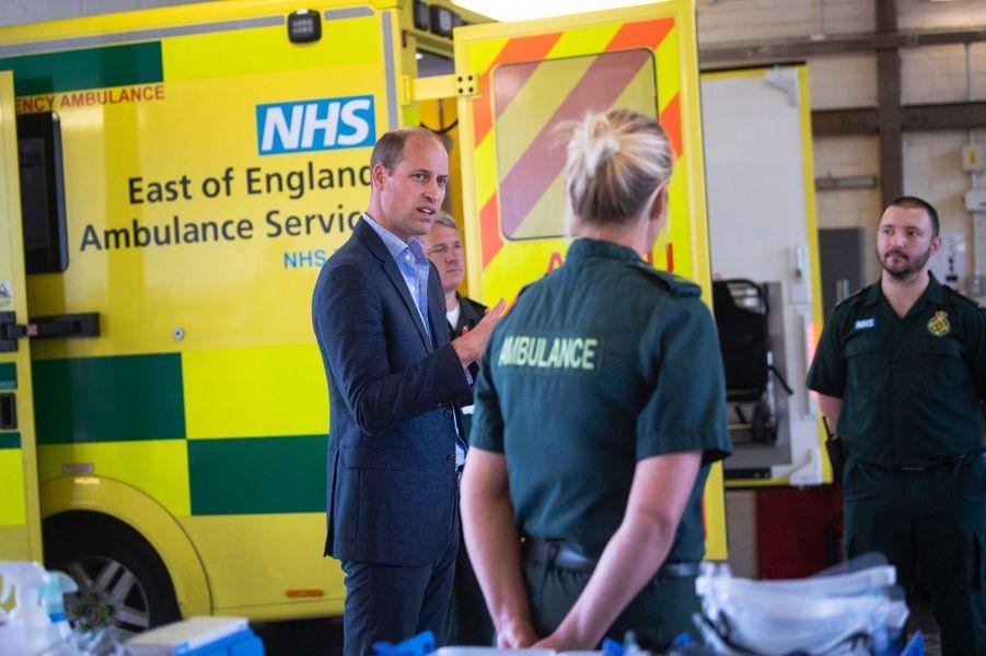 Le prince William discute avec les ambulanciers de l'«East of England Ambulance Service Trust»le 16 juin 2020.