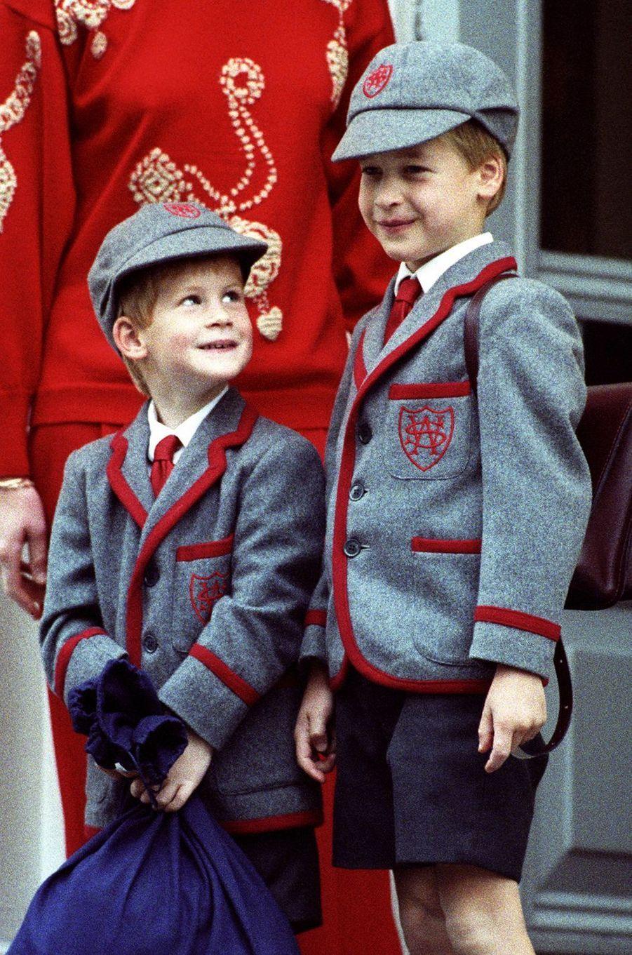 Le prince Harry et le prince William lors de la rentrée scolaire en septembre 1989